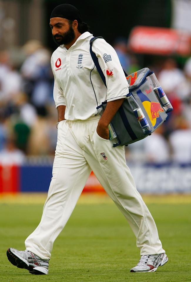 ADELAIDE, AUSTRALIA - DECEMBER 01:  Monty Panesar of England delivers drinks to team-mates Paul Collingwood and Kevin Pietersen during day one of the second Ashes Test Match between Australia and England at the Adelaide Oval on December 1, 2006 in Adelaide, Australia.  (Photo by Tom Shaw/Getty Images)