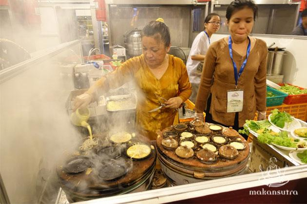 The Vietnam Ban Xeo stall still used the century old method of making their seafood pancakes
