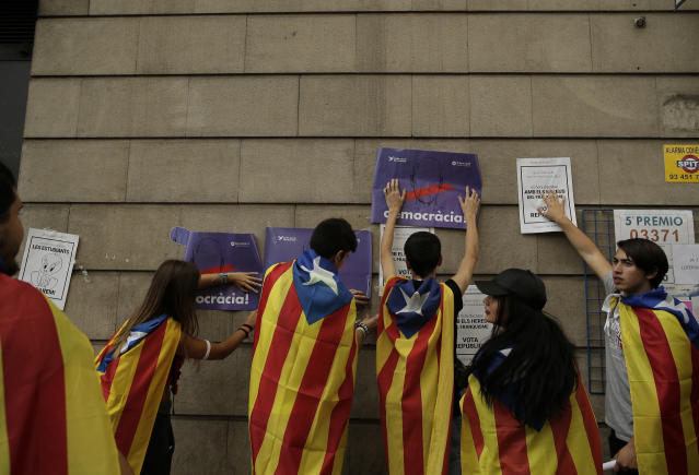 "<p>Students fix banners on the wall regarding the referendum in Barcelona, Spain, Thursday, Sept. 28, 2017. Thousands of striking university students are marching through Barcelona to protest an intensifying central government crackdown on Sunday's planned independence referendum in Catalonia. Banners reads in Catalan: ""Democracy"". (Photo: Manu Fernandez/AP) </p>"