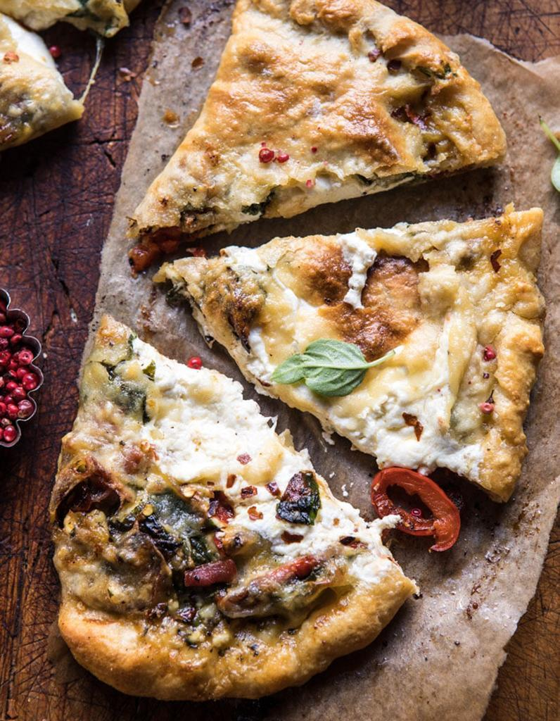 "<p>Découvrir la recette <a href=""https://www.halfbakedharvest.com/spinach-and-prosciutto-burrata-calzone/"" rel=""nofollow noopener"" target=""_blank"" data-ylk=""slk:ici"" class=""link rapid-noclick-resp"">ici</a></p><br>"