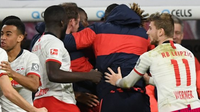Bayern Munich top the Bundesliga, but RB Leipzig are just a point behind after fighting back to draw 2-2 with Borussia Monchengladbach.