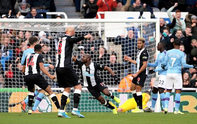 Newcastle United's Jetro Willems (centre) scores his side's first goal of the game