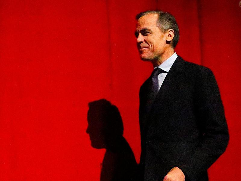 Bank of England Governor Mark Carney walks onto the podium to deliver his speech at Queen Mary University in London, Britain January 19, 2016. Carney said on Tuesday that he did not have a
