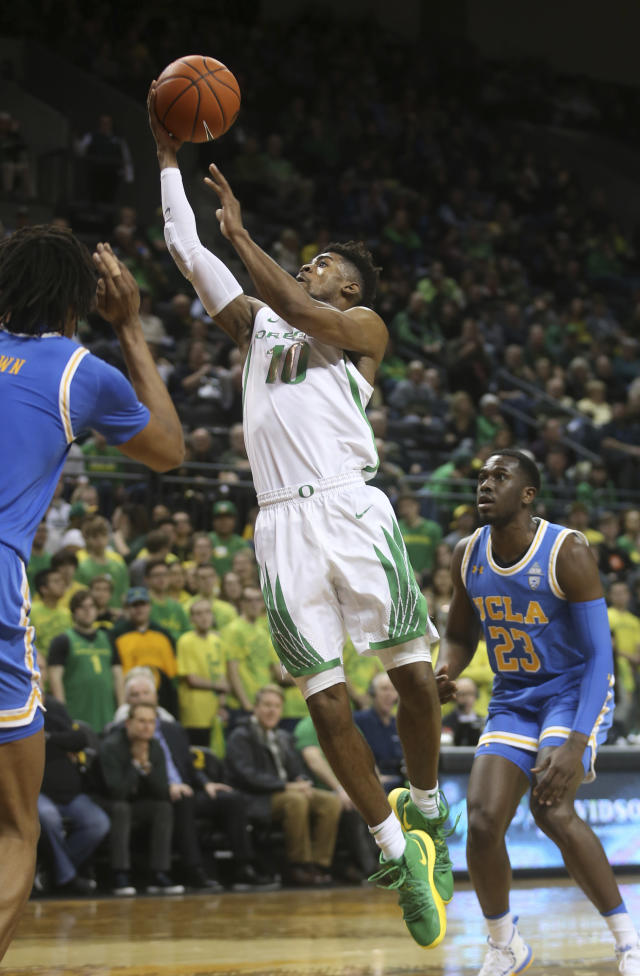 Oregon's Victor Bailey, center, drives between UCLA's Moses Brown, left, and Prince Ali during the second half of an NCAA college basketball game Thursday, Jan 10, 2019, in Eugene, Ore. (AP photo/Chris Pietsch)