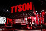 Mike Tyson entre sur le ring au Staples Center de Los Angeles, le 28 novembre 2020