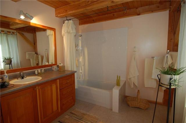 <p><span>4895 Arnold Rd., Golden, B.C.</span><br> There are also five bathrooms in the home.<br> (Photo: Zoocasa) </p>