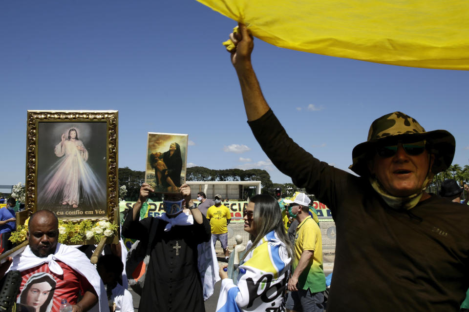 Supporters of Brazil's President Jair Bolsonaro shout slogans during a protest against his former Minister of Justice Sergio Moro and the Supreme Court, in front of the Planalto presidential palace, in Brasilia, Brazil, Sunday, May 3, 2020. (AP Photo / Eraldo Peres)