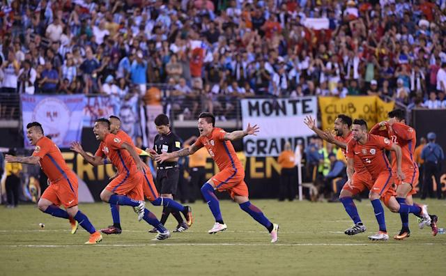 Chilean players celebrate after defeating Argentina and winning the Copa America Centenario final in East Rutherford, New Jersey, United States, on June 26, 2016. / AFP / NELSON ALMEIDA (Photo credit should read NELSON ALMEIDA/AFP/Getty Images)