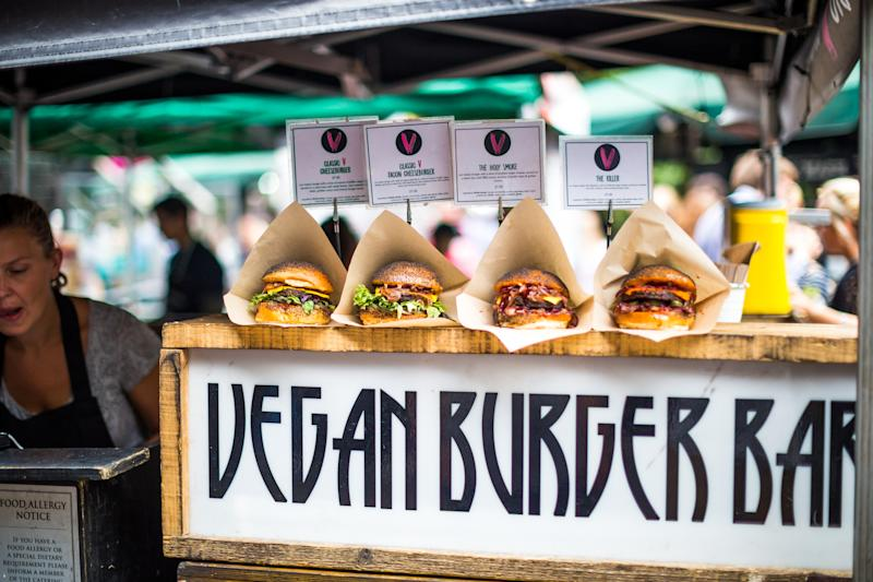 Oferta de hamburguesas veganas en un bar de Londres. Foto: Getty Images.