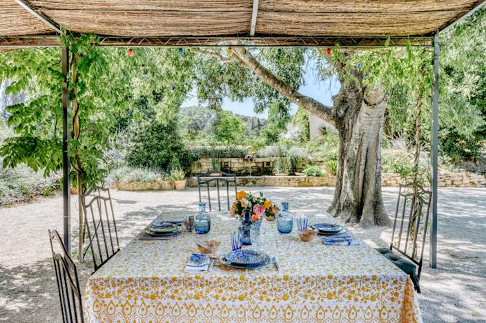 "<div class=""caption""> At an outdoor dining table, the napkins are from <a href=""https://www.jeanne-bayol.com/"" rel=""nofollow noopener"" target=""_blank"" data-ylk=""slk:Jeanne Bayol"" class=""link rapid-noclick-resp"">Jeanne Bayol</a> in Saint-Rémy-de-Provence and the plates from <a href=""https://www.casalopez.com/en/"" rel=""nofollow noopener"" target=""_blank"" data-ylk=""slk:Casa Lopez"" class=""link rapid-noclick-resp"">Casa Lopez</a>. The glasses are from Murano. </div>"