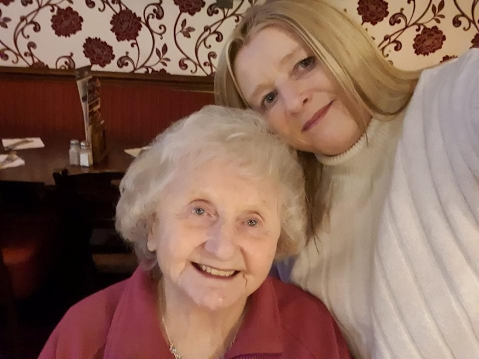 Tracy Gothard with mum Doreen Morris before the coronavirus pandemic halted visits to her care home (Tracy Gothard/swns)