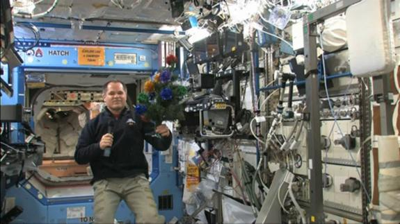 Christmas in space: NASA astronaut Kevin Ford, commander of the Expedition 34 crew on the International Space Station, wishes the world a Merry Christmas from orbit with a cosmic Christmas tree.