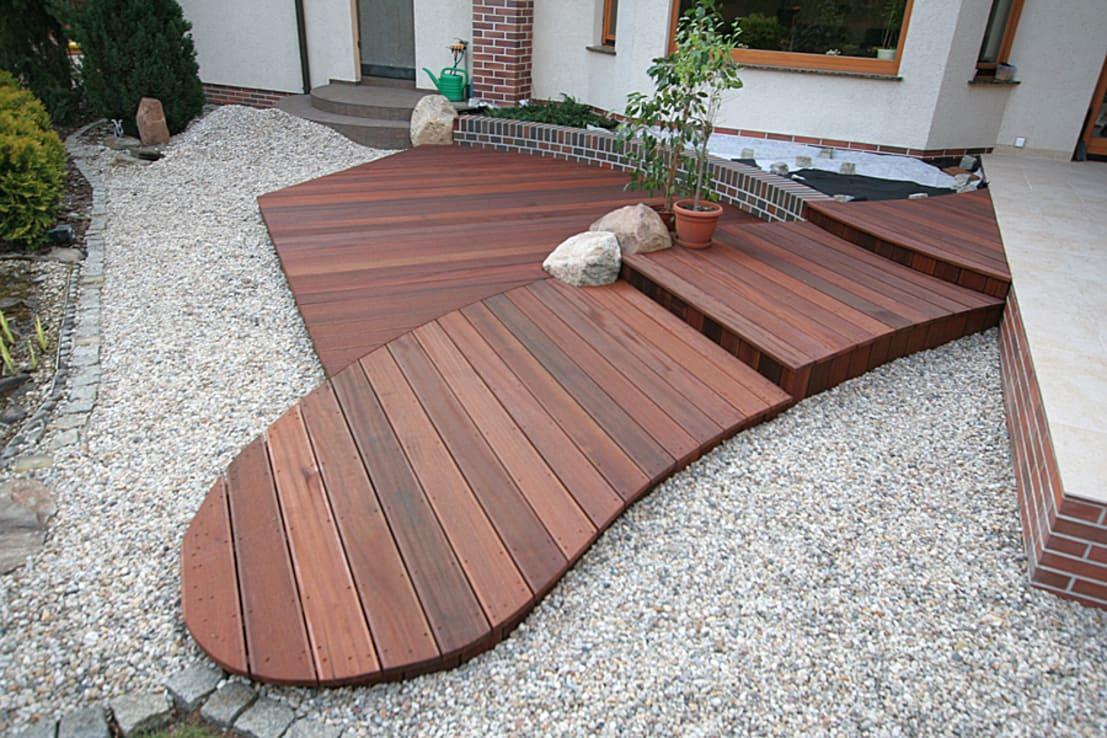 <p>Consider all possible options for your wooden deck before settling on a final design. Just because you've seen hundreds of rectangular- or square-shaped decks doesn't mean they are your only options.</p><p>While a straight-edged deck is easier to design (and can give your garden a clean, neat look), a deck with curved edges can ensure a softer finish – plus, it will complement any garden that tends to have a rougher, more natural appearance.</p>  Credits: homify / PHU Bortnowski