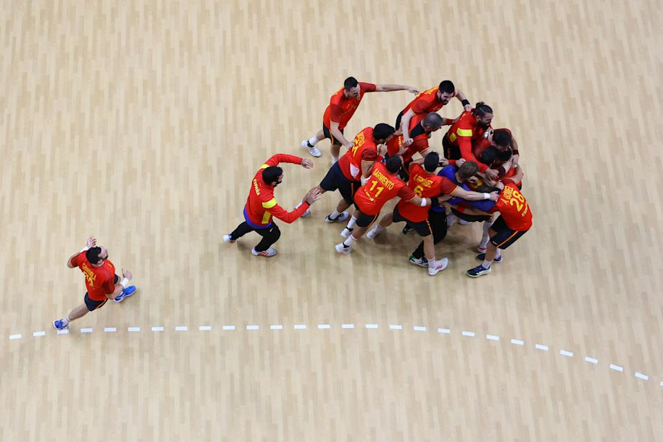 TOKYO, JAPAN - AUGUST 07: Team Spain celebrate winning after the final whistle of the Men's Bronze Medal handball match between Egypt and Spain on day fifteen of the Tokyo 2020 Olympic Games at Yoyogi National Stadium on August 07, 2021 in Tokyo, Japan. (Photo by Richard Heathcote/Getty Images)