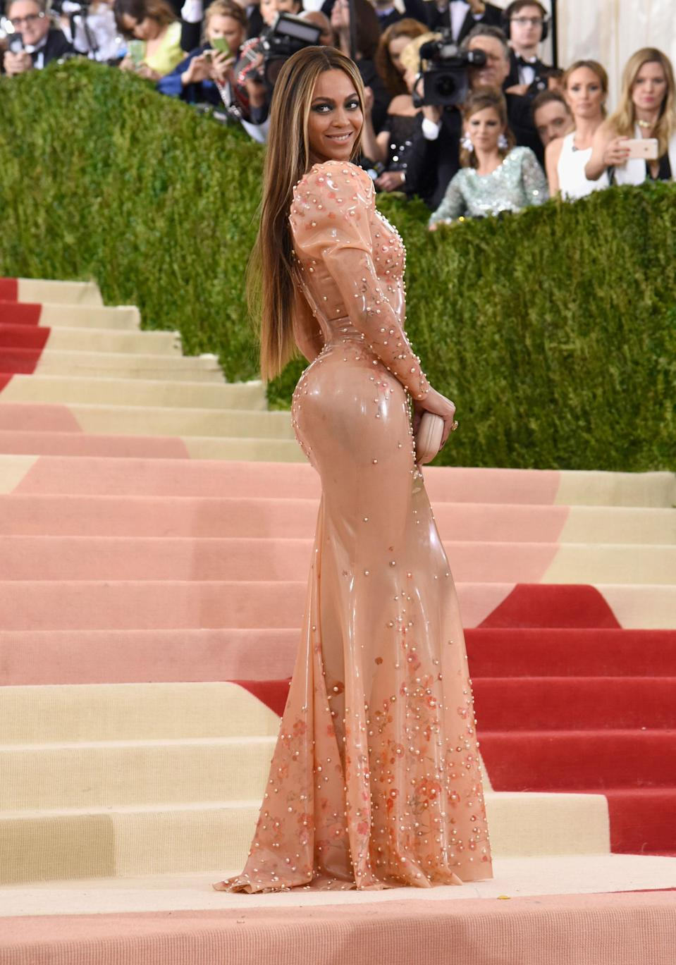 """<h1 class=""""title"""">Beyoncé in a Givenchy Haute Couture dress and Lorraine Schwartz jewelry</h1> <cite class=""""credit"""">Photo: Getty Images</cite>"""