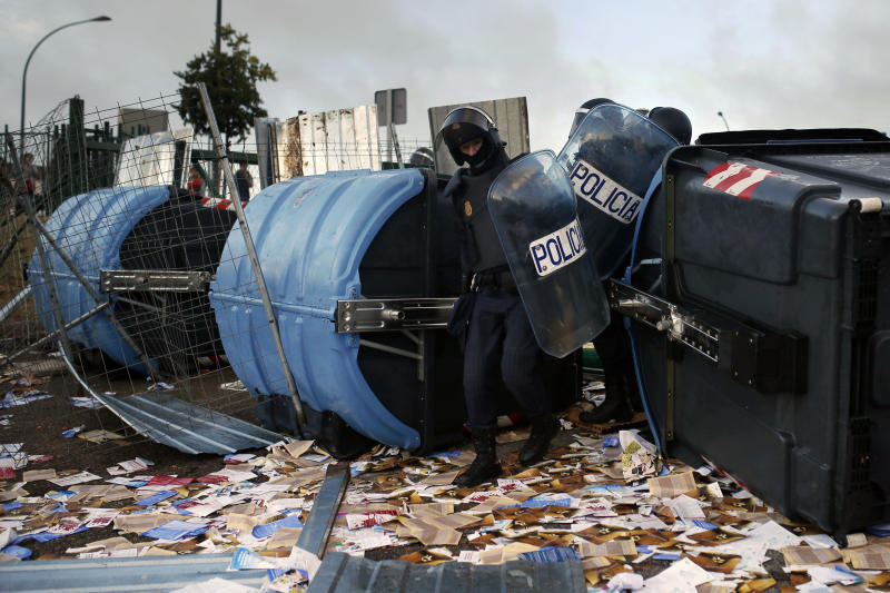 Police break through a barricade made by protesting students near the entrance of the Complutense University on the second day of a protest against the rise of the university tuition fees and financial cuts in education, Madrid, Spain, Wednesday, Oct. 23, 2013. (AP Photo/Andres Kudacki)