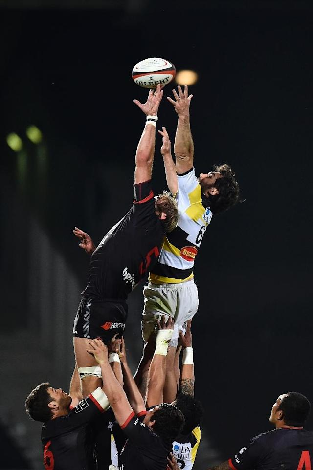 Lyon's Thibaut Privat (L) catches the ball from the line out during their French Top 14 rugby union match against La Rochelle on April 15, 2017 at the Matmut stadium in Lyon, central eastern France (AFP Photo/ROMAIN LAFABREGUE)