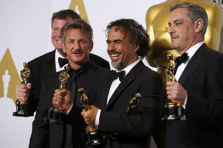 """Birdman"" producer James W. Skotchdopole (L-R), Best Picture presenter Sean Penn, Director Alejandro Inarritu and producer John Lesher pose with the Oscars for Best Director, Best Original Screenplay and Best Picture at the 87th Academy Awards in Hollywood, California February 22, 2015. REUTERS/Lucy Nicholson"
