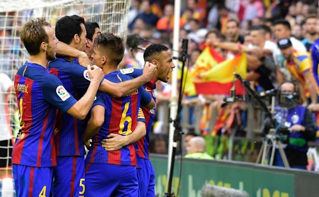 Barcelona's Brazilian forward Neymar (R) shouts at Valencia's suporters after they throw an object at teammates during the Spanish league football match Valencia CF vs FC Barcelona at the Mestalla stadium in Valencia on October 22, 2016 (AFP Photo/Jose Jordan)