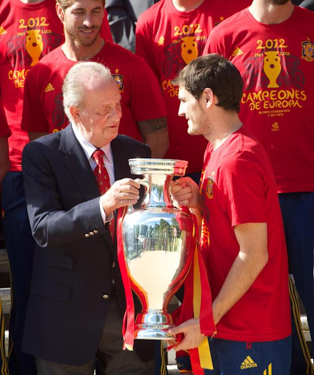 MADRID, SPAIN - JULY 02: Iker Casillas (R) of Spain presents the UEFA EURO 2012 trophy to King Juan Carlos I of Spain at Zarzuela Palace on July 2, 2012 in Madrid, Spain. (Photo by Pool/Getty Images)