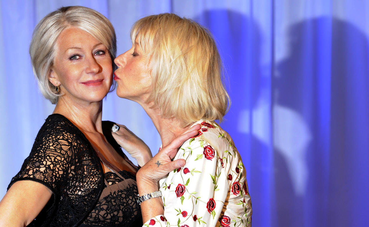 British actress Helen Mirren (R) poses for photographers next to her wax model at Madame Tussauds in London May 11, 2010.   REUTERS/Paul Hackett