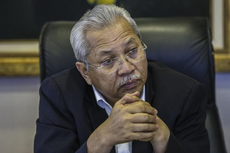 Umno secretary-general Tan Sri Annuar Musa said that his party will consult Opposition allies whether to support the government's bid to reduce the voting age to 18. — File picture by Hari Anggara