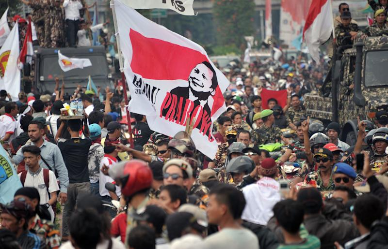 Supporters of presidential candidate Prabowo Subianto march to the constitutional court in Jakarta on August 21, 2014, where the court will announce its decision on the presidential election dispute (AFP Photo/Bay Ismoyo)