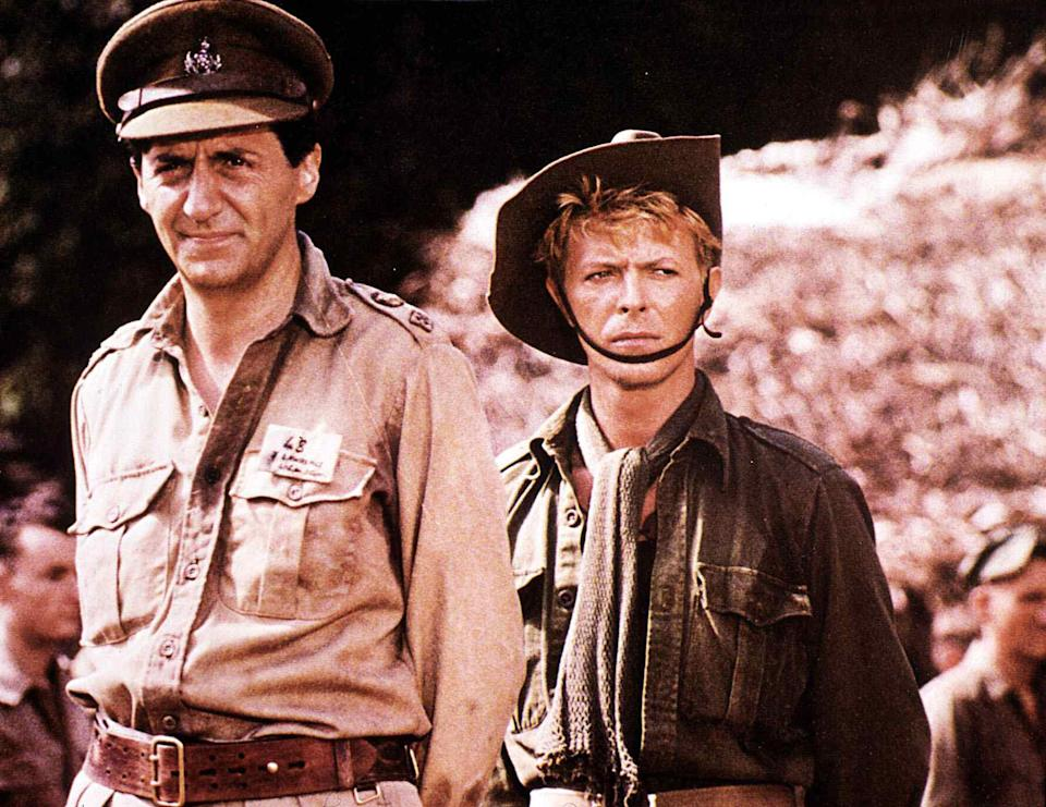 Kino. Furyo - Merry Christmas, Mr. Lawrence, Merry Christmas, Mr. Lawrence, Furyo - Merry Christmas, Mr. Lawrence, Merry Christmas, Mr. Lawrence, Tom Conti, David Bowie , 1942: In einem japanischen Gefangenenlager versucht der britische Offizier John Lawrence (Tom Conti) den Neuseeländer Major Jack Celliers (David Bowie) vor dem sadistischen Lagerkommandanten Capt. Yonoi zu schützen., 1982. (Photo by FilmPublicityArchive/United Archives via Getty Images)