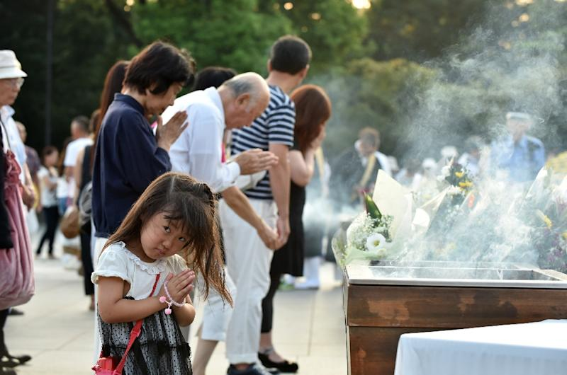 People in Hiroshima praying for the victims of the 1945 atomic bombing on August 6, 2015 to mark the event's 70th anniversary (AFP Photo/Kazuhiro Nogi)