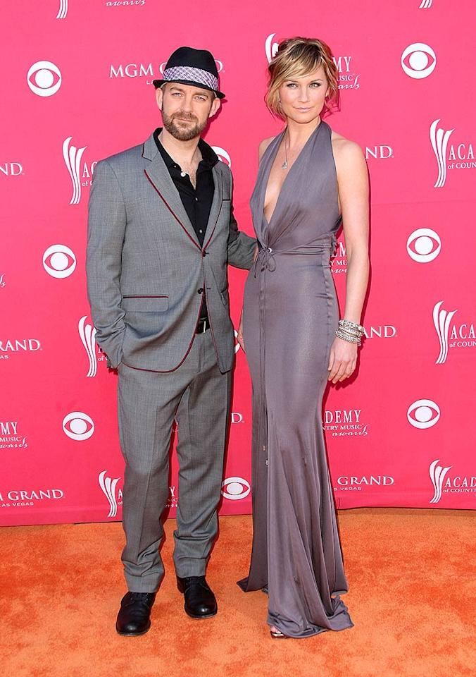 """Sugarland's Kristian Bush and Jennifer Nettles color-coordinated for the event in matching gray ensembles. Were they drab, or fab? Jason Merritt/<a href=""""http://www.gettyimages.com/"""" target=""""new"""">GettyImages.com</a> - April 5, 2009"""