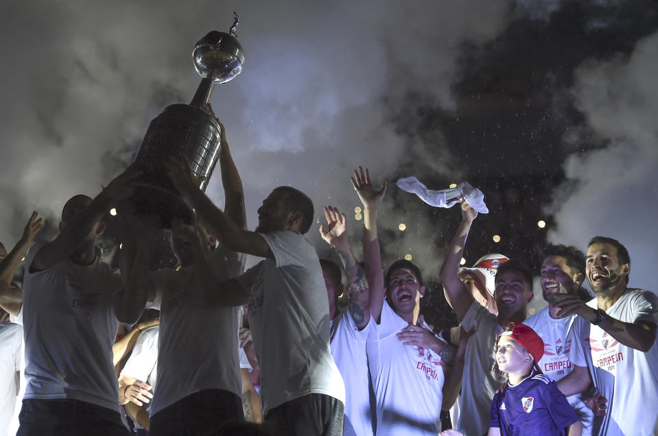 BUENOS AIRES, ARGENTINA - DECEMBER 23: Jonatan Maidana of River Plate lifts the Copa CONMEBOL Libertadores trophy with his teammates during the celebrations at Antonio Vespucio Liberti Stadium after winning the Copa CONMEBOL Libertadores Final against Boca Juniors on December 23, 2018 in Buenos Aires, Argentina.  (Photo by Marcelo Endelli/Getty Images)