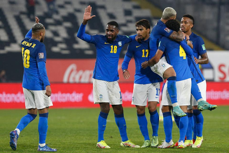 Brazil's Everton Ribeiro (C) celebrates with teammates after scoring against Chile during the South American qualification football match for the FIFA World Cup Qatar 2022 at the Monumental Stadium in Santiago, on September 2, 2021. (Photo by CLAUDIO REYES / various sources / AFP) (Photo by CLAUDIO REYES/AFP via Getty Images)