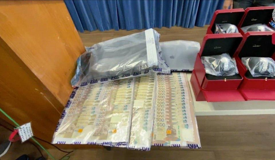 An alleged pickup man for the mainland Chinese syndicate was carrying HK$100,000 in cash when police arrested him on Tuesday. Photo: Handout