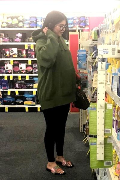 The expectant 20-year-old and her baby bump stopped by a CVS store on Jan. 15.