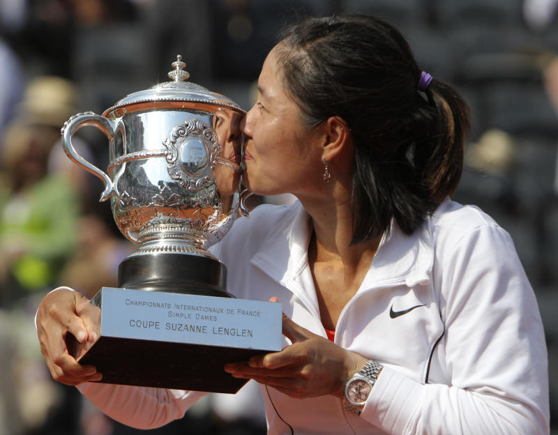 China's Li Na kisses the cup after defeating Italy's Francesca Schiavone in  their women's final match for the French Open tennis tournament at the Roland Garros stadium, Saturday June 4, 2011, in Paris. Li Na won 6-4, 7-6. (AP Photo/Michel Euler)