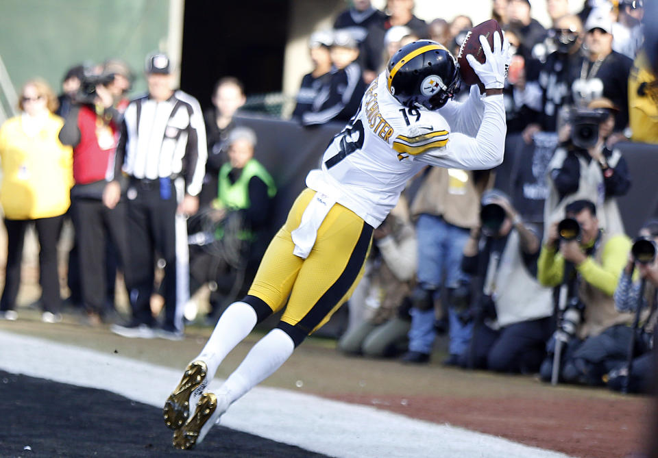 Steelers wide receiver JuJu Smith-Schuster comes down with an excellent touchdown at the end of the first half against the Raiders. (AP Photo/D. Ross Cameron)