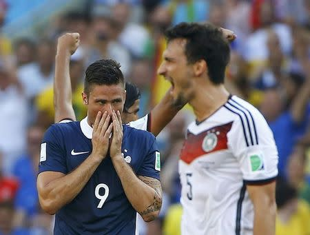 France's Olivier Giroud (C) reacts past Germany's Mats Hummels after their 2014 World Cup quarter-finals soccer match at the Maracana stadium in Rio de Janeiro July 4, 2014. REUTERS/Pilar Olivares