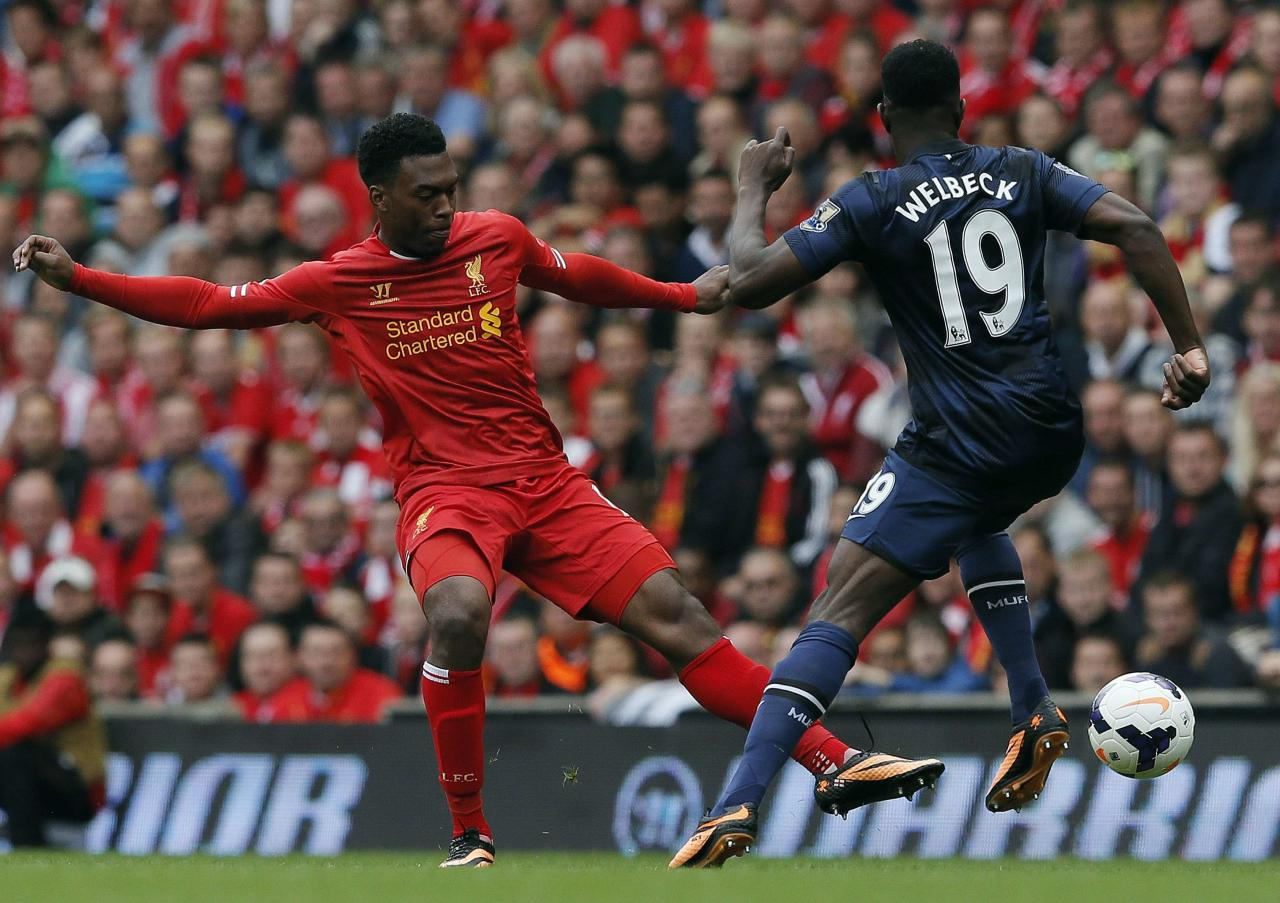 "Liverpool's Daniel Sturridge (L) fights for the ball with Manchester United's Danny Welbeck during their English Premier League soccer match at Anfield, Liverpool, northern England September 1, 2013. REUTERS/Phil Noble (BRITAIN - Tags: SPORT SOCCER) FOR EDITORIAL USE ONLY. NOT FOR SALE FOR MARKETING OR ADVERTISING CAMPAIGNS. NO USE WITH UNAUTHORIZED AUDIO, VIDEO, DATA, FIXTURE LISTS, CLUB/LEAGUE LOGOS OR ""LIVE"" SERVICES. ONLINE IN-MATCH USE LIMITED TO 45 IMAGES, NO VIDEO EMULATION. NO USE IN BETTING, GAMES OR SINGLE CLUB/LEAGUE/PLAYER PUBLICATIONS"
