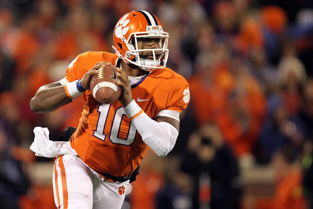 CLEMSON, SC - NOVEMBER 24:  Tajh Boyd #10 of the Clemson Tigers runs with the ball against the South Carolina Gamecocks during their game at Memorial Stadium on November 24, 2012 in Clemson, South Carolina.  (Photo by Streeter Lecka/Getty Images)