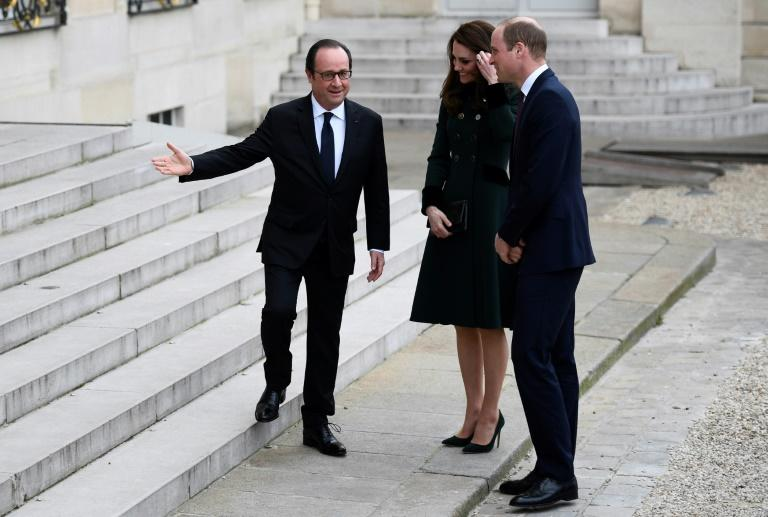 French President Francois Hollande (L) welcomes Britain's Prince William (R), The Duke of Cambridge, and his wife Kate, the Duchess of Cambridge at the Elysee Palace in Paris on March 17, 2017