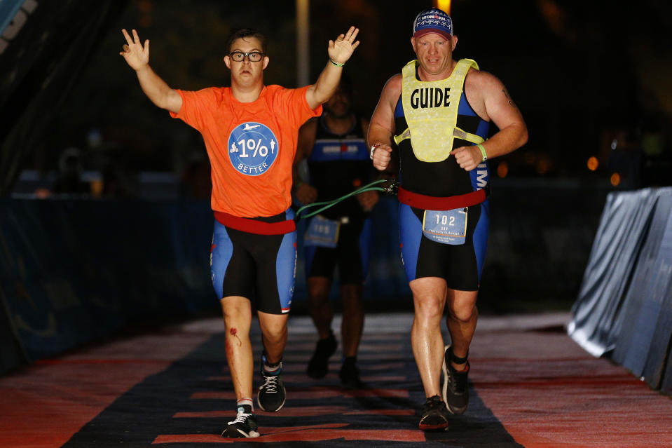 Der historische Zieleinlauf: Chris Nikic ist der erste Mensch mit Downsyndrom, der einen Ironman absolvierte. (Bild: Michael Reaves/Getty Images for IRONMAN)