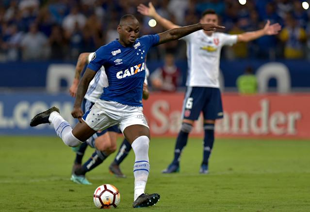 Soccer Football - Brazil's Cruzeiro v Chile's Universidad de Chile - Copa Libertadores - Mineirao stadium, Belo Horizonte, Brazil - April 26, 2018. Sassa of Cruzeiro scores a goal with a penalty kick. REUTERS/Washington Alves