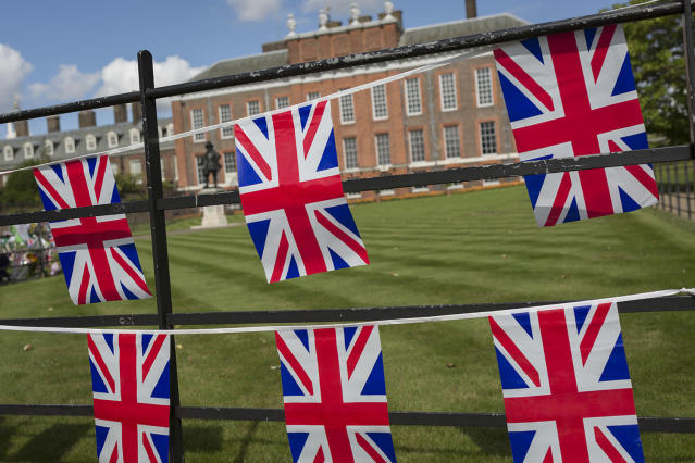 <p>As crowds of royalist well-wishers gather, a spontaneous memorial of flowers, photos and memorabilia grows outside Kensington Palace, the royal residence of Princess Diana who died in a car crash in Paris exactly 20 years ago, on Aug. 31, 2017 in London, United Kingdom. (Photo: Richard Baker/Getty Images) </p>