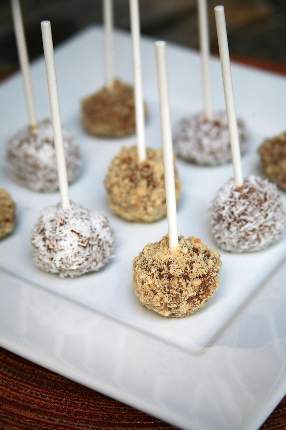 """<p>You only need dates, soy milk, apples, and the topping of your choice to make these adorable treats on a stick.</p> <p><strong>Get the recipe:</strong> <a href=""""http://www.popsugar.com/fitness/Healthy-Caramel-Apples-38511592?ref=37777034"""" class=""""link rapid-noclick-resp"""" rel=""""nofollow noopener"""" target=""""_blank"""" data-ylk=""""slk:mini caramel apples"""">mini caramel apples</a></p>"""