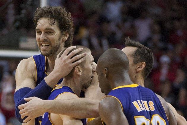 Steve Blake hits a 3 in the closing seconds to lift the Lakers over the Rockets (Video)