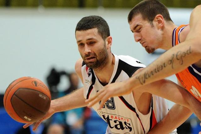 Valencia's Nando De Colo (R) vies with Lietuvos Rytas' Aleksandar Rasic during an Eurocup semi-final basketball match between Valencia and Lietuvos Rytas in Khimki, outside Moscow, on April 14, 2012. AFP PHOTO / KIRILL KUDRYAVTSEV