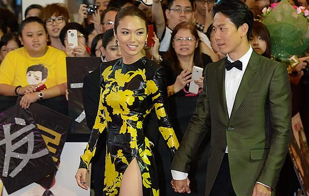 New IT couple Joanne Peh and Qi Yuwu walk the red carpet, hand in hand (Yahoo! Photo / Liew Tong Leng)
