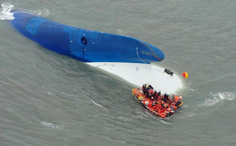 South Korea Coast Guard members search for passengers near the sunken Sewol ferry off the island of Byungpoong in Jindo on April 16, 2014 (AFP Photo/South Korea Coast Guard)