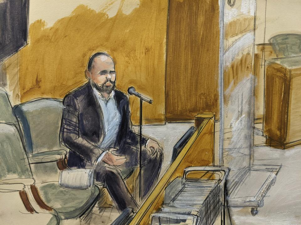 """In this courtroom artist's sketch, former R. Kelly employee Tom Arnold testifies at the R&B star's trial in New York, Thursday, Aug. 19, 2021. The 54-year-old Kelly has repeatedly denied accusations that he preyed on several alleged victims during a 30-year career highlighted by his mega hit """"I Believe I Can Fly."""" (AP Photo/Elizabeth Williams)"""