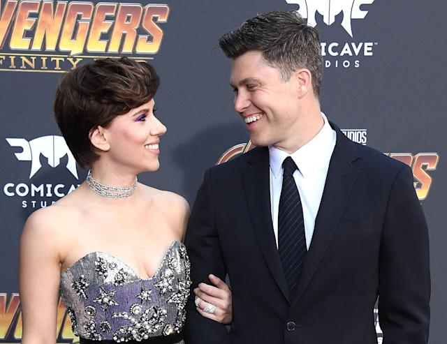 Scarlett Johansson and Colin Jost pose on the purple carpet. (Getty Images)